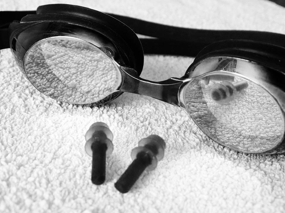 Simglasögon och öronproppar